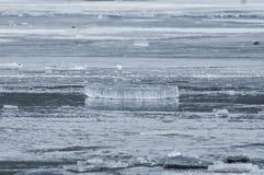 Is som bryter på sjön arkivfoton
