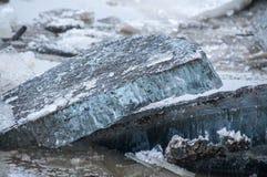 Is som bryter på sjön arkivbilder