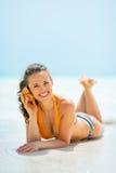 Som de escuta da jovem mulher do mar no shell Foto de Stock Royalty Free