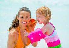 Som de escuta da mãe e do bebê do mar Fotos de Stock Royalty Free