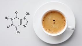 som den nya spegeln f?r bakgrundskaffekoppen anv?nde var vit Svart tavla med den kemiska formeln av koffein B?sta sikt med Copysp royaltyfri foto