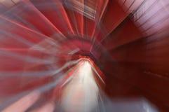 Som en dröm- abstrakt spiraltrappuppgång med röd matta Arkivbilder