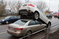 Som ett resultat av en polisjakt en rånare på en BMW x6 drös in i en bil Hyundai Riga, Lettland Februari 20, 2019 royaltyfria foton