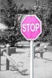 Som ett tecken av & en x22; stop& x22; children& x27; s parkerar på grå färger Arkivbilder