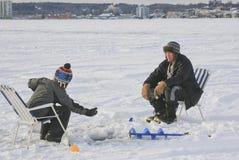 Is som fiskar Barrie, Ontario, Kanada arkivbild