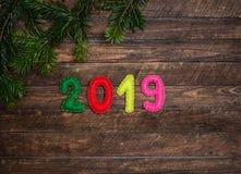 2019 som göras av filt- och julgranträdfilial Barnsligt hantverk royaltyfri bild