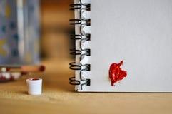 som kan bruk för förälskelse en för hjärtasymbolslogoen rött Målarfärger för konstolja (acryl) inbunden vektor för valentin för d Royaltyfri Bild
