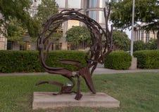 ` Som kommer ut ur cirkel`en av Sherry Owens, Texas Sculpture Garden, Hall Park, Frisco, Texas Arkivfoton