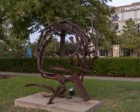 ` Som kommer ut ur cirkel`en av Sherry Owens, Texas Sculpture Garden, Hall Park, Frisco, Texas Arkivfoto