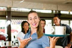 som kvinna för stångrestaurangservitris Arkivfoton