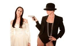 som kvinnor för brudbrudgumpistol två Arkivbild