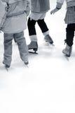 is som lärer att åka skridskor royaltyfria foton