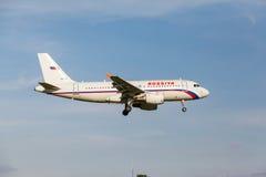 A319 som landas på landningsbana Royaltyfria Bilder