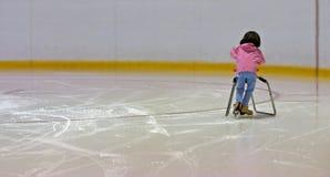 is som lärer skridskon till Arkivbild