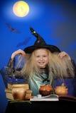 som magisk görande natt för klädd flicka upp häxa Royaltyfria Bilder