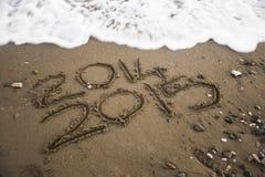 2015 som är skriftlig på sand Arkivbild