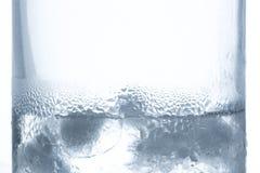 Is som smälter i exponeringsglaset av vatten med kondensation på sidor royaltyfri bild