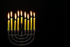 Som tänds av hanukkah, undersöker Chanukkahstearinljus arkivbild