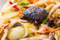SOM-TAM,与辣独特的口味的泰国可口未加工的番木瓜沙拉热和 免版税库存图片