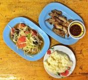 Som Tam (Papayasalat), klebriger Reis, Holzkohle-gekochter Schweinefleischhals lizenzfreie stockbilder