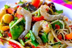 Som Tam Seafood Spicy Papaya Salad imagem de stock royalty free