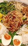 Som Tam Thai - salada verde tailandesa da papaia na bandeja grande Fotografia de Stock