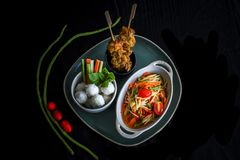 Som Tam Thai - thail?ndischer gr?ner Papaya-Salat stockbilder