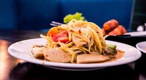 SOM TUM, ταϊλανδικά πικάντικα τρόφιμα που εξυπηρετούνται στο άσπρο πιάτο στοκ εικόνα