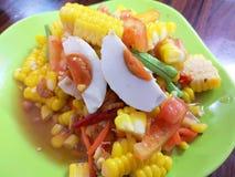 Som Tum Grüner Papayasalat Mache-Salat auf weißem Hintergrund Würzige siamesische Nahrung lizenzfreie stockfotografie