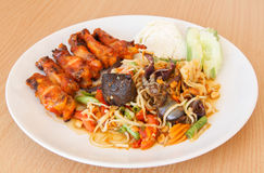 Som tum Thai papaya salad with barbecue chicken Royalty Free Stock Images