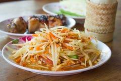 Som Tum thailändisch mit klebrigem Reis und gegrilltem Huhn auf hölzernem tabl Lizenzfreies Stockbild