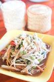 Som Tum, thailändischer Papayasalat heiß und würzig Stockfoto
