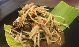Som-Tums- oder Papayasalat auf Bananenblatt auf Unschärfehintergrund, tradi Lizenzfreies Stockbild