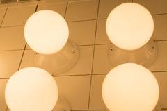 Som underexponeras av lampbelysning, belysninglampa på taket Royaltyfri Bild