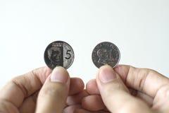 Som utfärdas nyligen fem pesomynt av Banko Sentral ng Pilipinas arkivbild