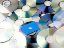 Somalian flaga na górze cd i DVD stosu odizolowywającego na bielu Fotografia Stock