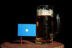 Somalian flaga z piwnym kubkiem na czerni Fotografia Stock