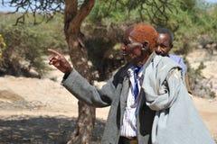 Somalische Männer im Komplex von Höhlen Stockfotografie