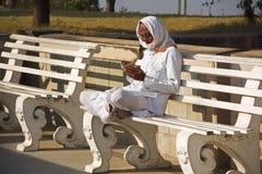 SOMANATE het TOLplein, PUNE, INDIA, December 2017, Oude mens leest boek bij de tempel van Birla Ganapati Royalty-vrije Stock Foto