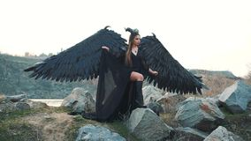 Somber beeld, zwarte koningin die van duisternis op haar ontzagwekkend leger, raafmeisje met grote sterke vleugels en het bang ma stock footage