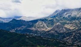 Somber Grieks Berglandschap in Bewolkt Weer stock foto