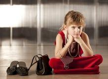 Somber jong meisje in rood Royalty-vrije Stock Afbeeldingen