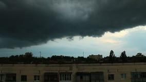 Somber landschap met grote regenachtige wolken stock footage