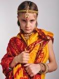 Somber meisje in traditionele Indische kleding en jeweleries stock foto