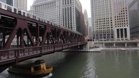 Somber schot van de trein van Chicago over de rivier stock footage