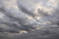 Sombere bewolkte hemel Royalty-vrije Stock Afbeeldingen