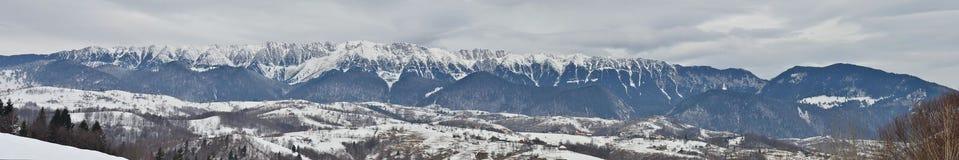 Sombere de winterdag over het berglandschap stock foto