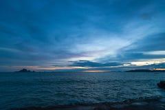 Sombere donkerblauwe landschapsmening van het overzees na zonsondergang in Thai Royalty-vrije Stock Foto