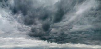 Sombere hemel met onweerswolken stock afbeeldingen