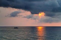 Sombere tropische zonsondergang stock foto